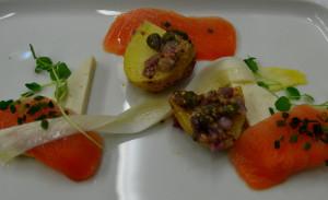 En forret med finsk laks og asparges.