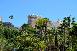Palmetræer indrammer den historiske by på Spaniens sydkyst.