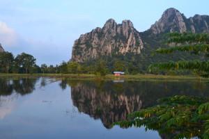 Næsehornsbjerget spejler sig smukt i det omkringliggende vand.